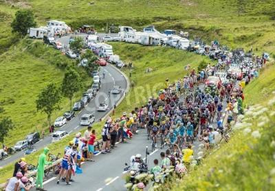 Плакат Коль-де-Peyresourde, Франция-23 июля 2014 пелотон восхождение по дороге к Коль де Peyresourde в Пиренеи на этапе 17 Ле Тур де Франс на 23 июля 2014