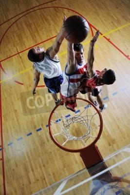 Плакат Конкурс cencept с людьми, которые играют и осуществляют баскетбол спорт в школе спортзал