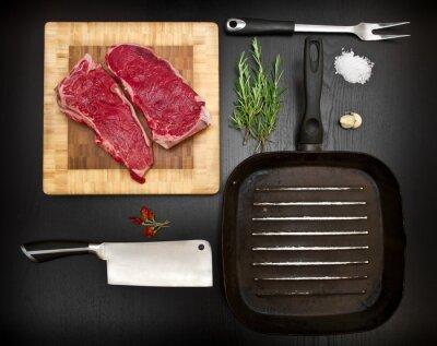 Плакат Композиция с сырыми ребер и кухонных инструментов на Blackwood