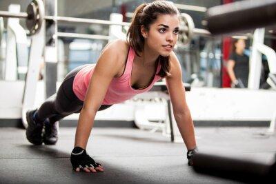 Плакат Симпатичная брюнетка тренировки в тренажерном зале