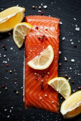 Плакат Вкусные филе лосося с лимоном, морской солью и перцем по да