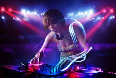 Плакат Диск-жокей девушка играет музыку со световыми эффектами пучка на сцене