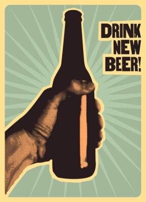 Плакат Пейте новое пиво! Типографский старинный пивной плакат. Рука держит бутылку пива. Векторные иллюстрации.