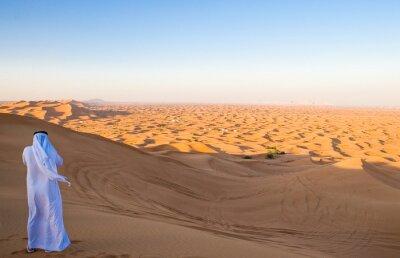 Плакат Дубай, мужчина в традиционном костюме в пустынном районе Аль-Dhana