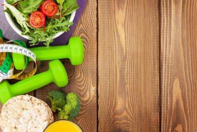 Плакат Dumbells, рулетка и здоровая пища более деревянном столе