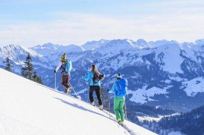 Плакат Gruppe Skitourengeher сделайте VOR дер Traumkulisse дер Allgäuer Alpen