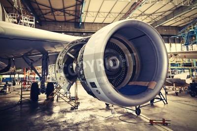 Плакат Двигатель самолета под тяжелым обслуживания