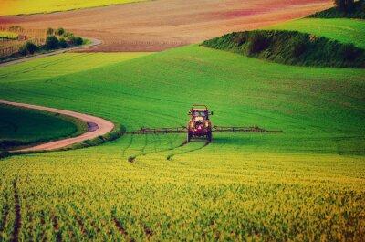 Плакат Сельхозтехника распыления инсектицидов на зеленом поле, сельского хозяйства естественное сезонное весенний фон, vintag стиле ретро битнику