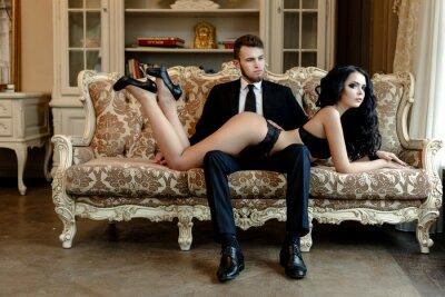 Плакат Мода фото романтика сексуальная пара любовников. женщина с черными вьющимися волосами, в черном нижнем белье и носить костюм мужской