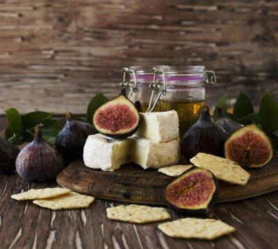 Плакат инжир с сыром и медом, селективный фокус