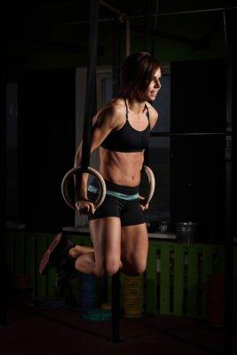 Плакат Fit молодая женщина на гимнастки кольца