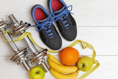 Плакат фитнес-оборудование и здоровое питание на белой деревянной доски эт