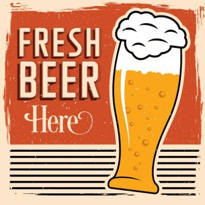 Плакат Свежее пиво здесь плакат с бокалом пива, старинные шрифта и грязи на вершине.