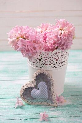 Плакат Свежие розовые гиацинты цветы в ведро и декоративного сердца на