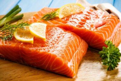 Плакат Свежие сырые филе лосося на разделочной доске