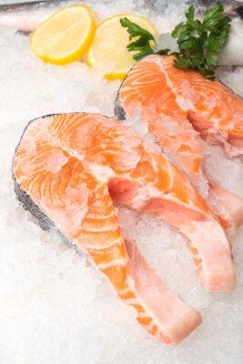 Плакат Свежая рыба лосось с лимоном на рынке