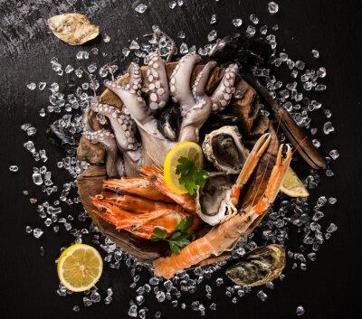 Плакат Свежие морепродукты на черном камне.