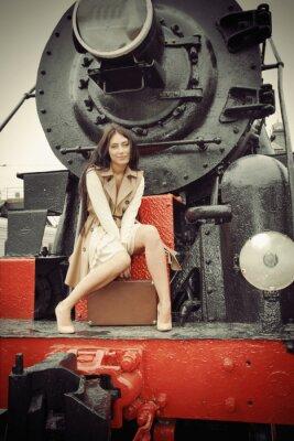 Плакат девушка сидит на старинный поезд