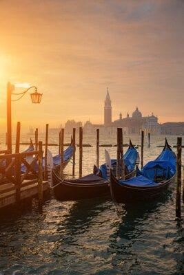 Плакат Гондолы на площади Сан-Марко во время восхода солнца с Сан-Джорджо-ди-Маджоре церкви в фоновом режиме в Венеции