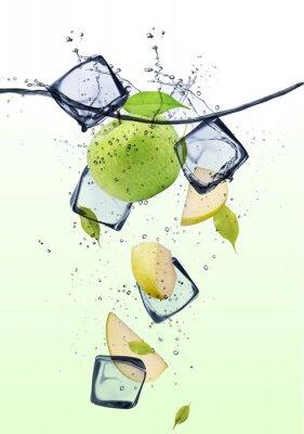 Плакат Зеленые кусочки яблока с кубиками льда