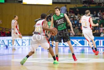 Плакат Guillem Вивес из Ховентут в действии на испанский баскетбольной лиги матч между Ховентут и Сарагосе, окончательный счет 82-57, 13 апреля 2014 года, в Бадалоне, Испания