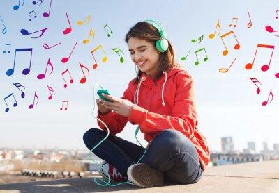 Плакат счастливая молодая женщина с смартфон и наушники