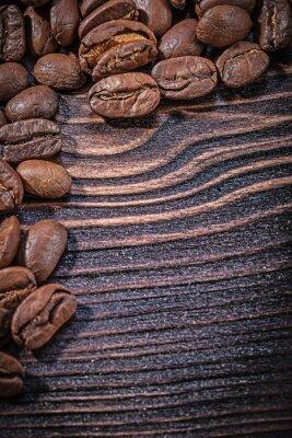 Плакат Куча кофейных зерен на старинных деревянной доске вид сверху