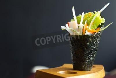 Плакат Японская пища, Калифорния ролл рука держать в деревянной арматуре