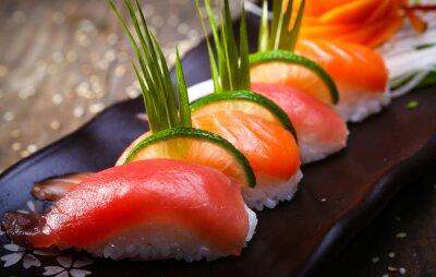 Плакат Японский лосось, тунец суши и соусом крупным планом