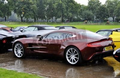 Плакат ЛОНДОН - 4 сентября: Aston Martin One-77 в Челси AutoLegends, 04 сентября 2011 года в Лондоне. Aston Martin One-77 будет выпускаться на только 77 единиц.