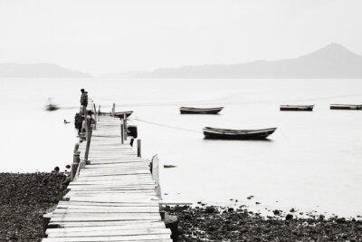 Плакат Одинокий Пирс вдоль побережья, низкий изображение насыщения.