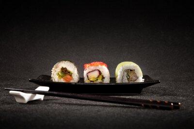 Плакат Роскошный суши на черном фоне - японская кухня