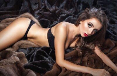 Плакат Роскошные красивая женщина в меховой норковой шубе с капюшоном глядя на кулачке
