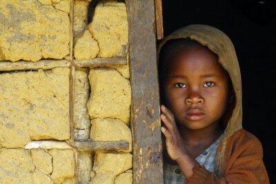 Плакат Мадагаскар-застенчивый и бедных афро девушка с headkerchief