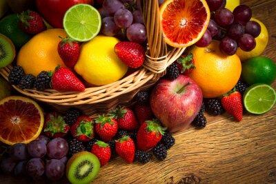 Плакат Смешайте свежих фруктов на плетеной bascket