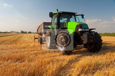 Плакат Современный зеленый трактор на поле во время сельскохозяйственных урожая на солнечный летний день