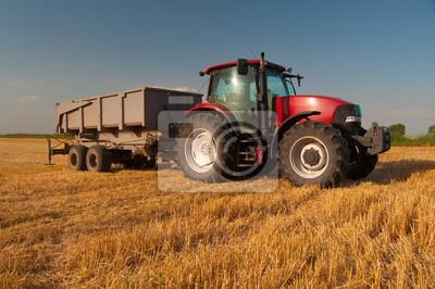 Плакат Современные красный трактор на сельскохозяйственные поля в солнечный летний день