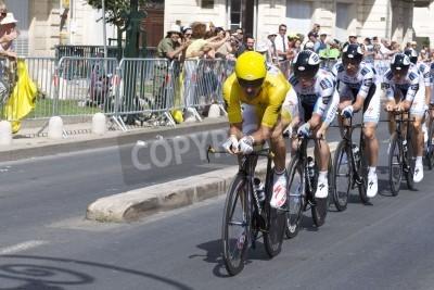 Плакат Монпелье, Франция - 7 июля: Команда SaxoBank толкает вперед на стадии 4 2009 Тур де Франс 7 июля 2009 года в Монпелье, Франция