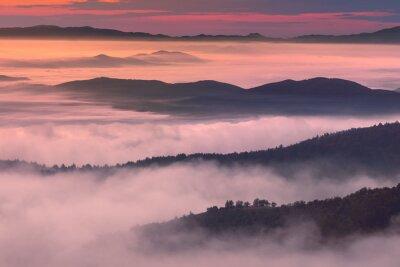 Плакат Утренний пейзаж в туманной горной обстановке