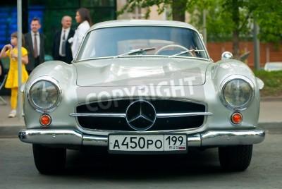 Плакат МОСКВА - 15 мая: Серебряный Vintage Mercedes на выставке в Mercedes-Benz Classic Day 2010 года, массовые Олдтаймер ралли, Москва, Россия, на 15 мая 2010