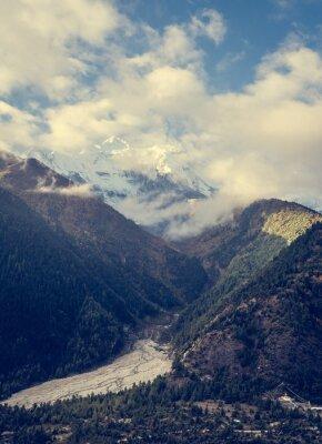 Плакат Горы возвышается над долиной.