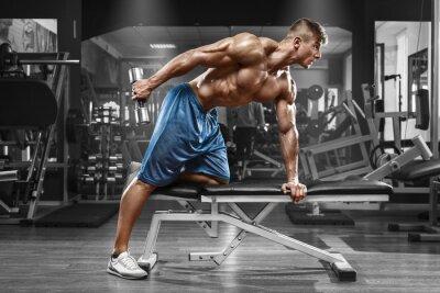 Плакат Мышечная человек, работающий в тренажерном зале, делая упражнения с гантелей на трицепс, сильный мужчина голый торс абс
