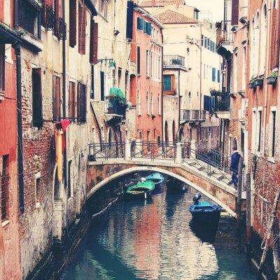 Плакат Узкий канал и мост в Венеции, Италия