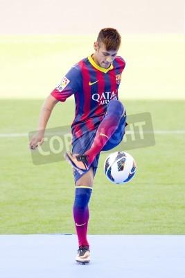 Плакат Неймар Младший, новый игрок ФК Барселона, позирует для фотографов во время его официальной презентации на стадионе Камп Ноу, 3 июня 2013 года в Барселоне, Испания