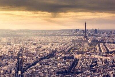 Плакат Париж, Франция горизонт на закате. Эйфелева башня в романтической золотой свет