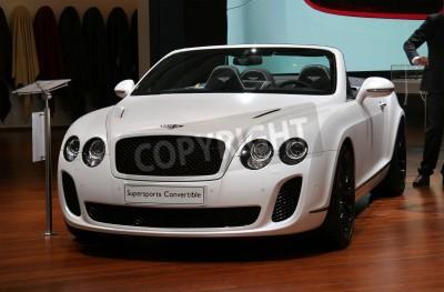 Плакат ПАРИЖ - 11 октября: Bentley Continental Supersports Convertible отображается в Парижском автосалоне 2010 года в Порт-де-Версаль, 11 октября 2010 года в Париже, Франция