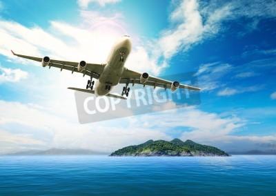 Плакат Пассажирский самолет летит над красивой голубой океан и остров в конечном чистота море, пляж использования для летнего отдыха отпуск treveling