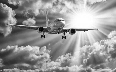 Плакат Пассажирский самолет взлет из взлетно-посадочных полос против красивой облачной с