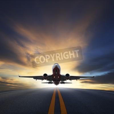 Плакат Пассажирский самолет взлет с ВПП в отношении сумеречном небе красивый с копией пространства для использования воздушного транспорта, путешествия и путешествия Промышленность