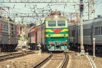 Плакат Пассажирские поезда движутся на станции в дневное время.